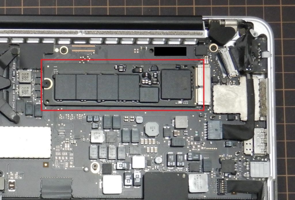 Macbook pro 2015 early 基板のSDDの場所の写真